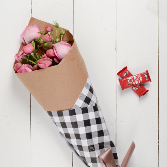 send pink roses for valentines gifts to Pakistan